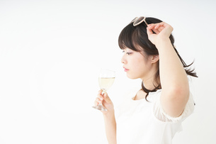 ワインを飲む若い女性の写真素材 [FYI04665896]