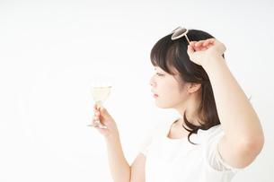 ワインを飲む若い女性の写真素材 [FYI04665900]