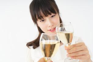 ワインを飲む若い女性の写真素材 [FYI04665903]