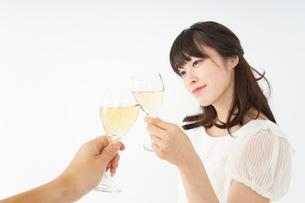 ワインを飲む若い女性の写真素材 [FYI04665904]