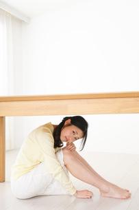 地震から身を守る女性の写真素材 [FYI04665906]