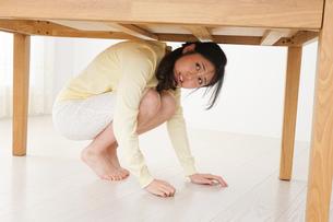 地震から身を守る女性の写真素材 [FYI04665911]