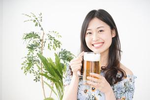部屋でビールを飲む若い女性の写真素材 [FYI04665913]