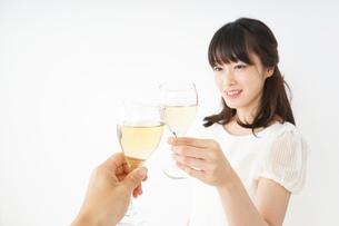 ワインを飲む若い女性の写真素材 [FYI04665914]