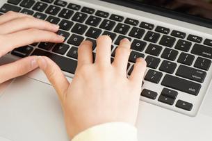 パソコンで入力する女性の写真素材 [FYI04665918]