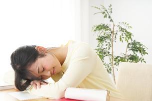 睡眠不足の若い女性の写真素材 [FYI04665919]