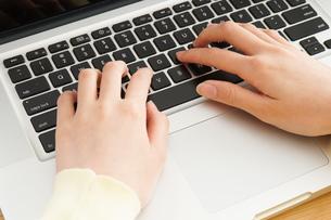 パソコンで入力する女性の写真素材 [FYI04665920]