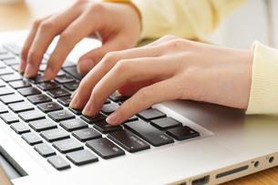 パソコンで入力する女性の写真素材 [FYI04665935]
