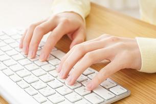パソコンで入力する女性の写真素材 [FYI04665936]