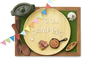 キャンプ-イメージ-芝生調シート-木枠-ボードの写真素材 [FYI04666006]