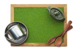 キャンプ-イメージ-芝生調シート-木枠-ボードの写真素材 [FYI04666013]