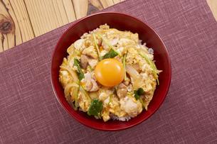 親子丼 (chicken and egg bowl)の写真素材 [FYI04666061]