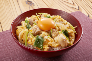 親子丼 (chicken and egg bowl)の写真素材 [FYI04666062]