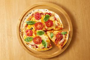 ピザ マルゲリータの写真素材 [FYI04666093]
