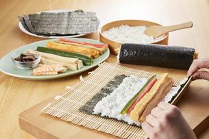 巻き寿司 調理シーン(Scene to make rolled sushi)の写真素材 [FYI04666096]