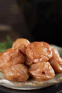 梅干し (pickled plums)の写真素材 [FYI04666112]