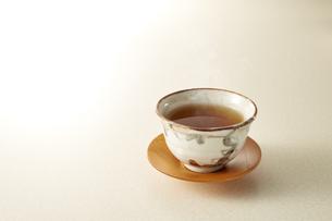 暖かいほうじ茶 (roasted green tea)の写真素材 [FYI04666122]