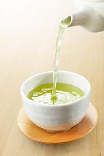 急須から注がれる緑茶の写真素材 [FYI04666134]
