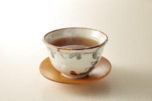 暖かいほうじ茶 (roasted green tea)の写真素材 [FYI04666135]