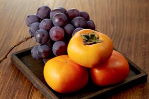 刀根柿とピオーネ (grape and persimmon)の写真素材 [FYI04666150]