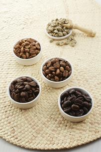 いろいろな種類のコーヒー豆の写真素材 [FYI04666159]