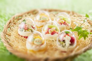 イースターエッグスイーツ-卵型ミニケーキの写真素材 [FYI04666162]