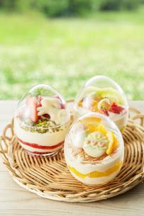 イースターエッグスイーツ-卵型ミニケーキの写真素材 [FYI04666168]