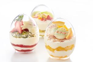 イースターエッグスイーツ-卵型ミニケーキの写真素材 [FYI04666169]