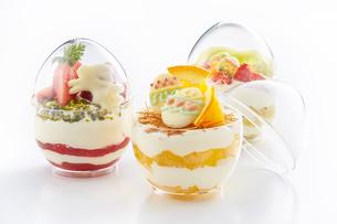 イースターエッグスイーツ-卵型ミニケーキの写真素材 [FYI04666172]