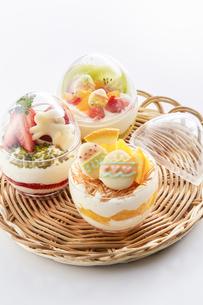 イースターエッグスイーツ-卵型ミニケーキの写真素材 [FYI04666173]