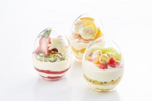 イースターエッグスイーツ-卵型ミニケーキの写真素材 [FYI04666175]