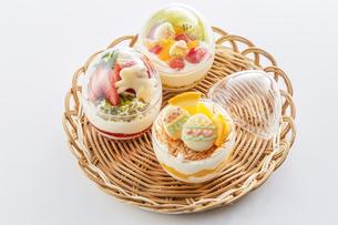 イースターエッグスイーツ-卵型ミニケーキの写真素材 [FYI04666176]