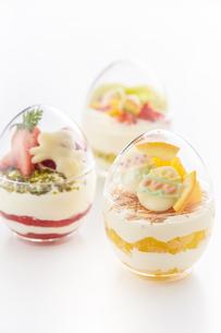 イースターエッグスイーツ-卵型ミニケーキの写真素材 [FYI04666177]