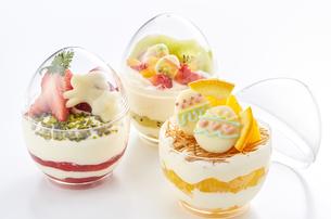 イースターエッグスイーツ-卵型ミニケーキの写真素材 [FYI04666178]