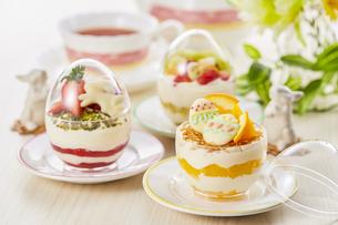 イースターエッグスイーツ-卵型ミニケーキの写真素材 [FYI04666179]