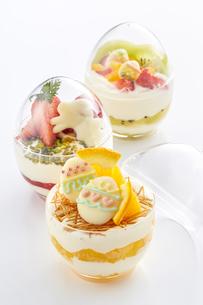 イースターエッグスイーツ-卵型ミニケーキの写真素材 [FYI04666183]