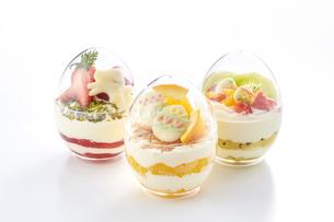 イースターエッグスイーツ-卵型ミニケーキの写真素材 [FYI04666185]