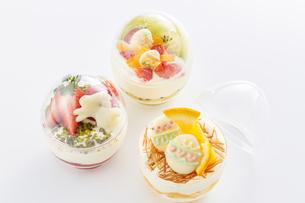 イースターエッグスイーツ-卵型ミニケーキの写真素材 [FYI04666188]