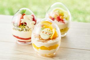 イースターエッグスイーツ-卵型ミニケーキの写真素材 [FYI04666191]