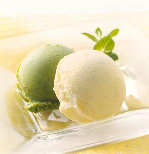 アイスクリーム バニラと抹茶の写真素材 [FYI04666192]