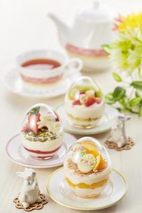 イースターエッグスイーツ-卵型ミニケーキの写真素材 [FYI04666197]