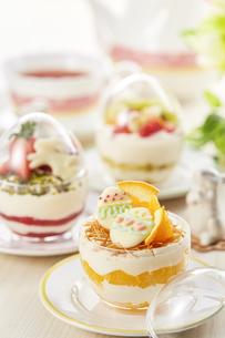 イースターエッグスイーツ-卵型ミニケーキの写真素材 [FYI04666198]