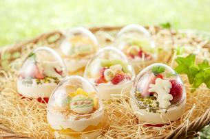 イースターエッグスイーツ-卵型ミニケーキの写真素材 [FYI04666200]