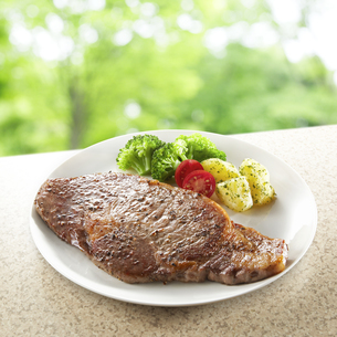 Grilled sirloin steak on white plateの写真素材 [FYI04666217]
