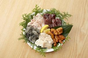 ホルモン5種盛(テッチャン、センマイ、シマチョウ、レバー、鶏ハラミ)の写真素材 [FYI04666234]