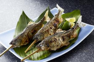 鮎の塩焼き (salt-grilled ayu)の写真素材 [FYI04666243]