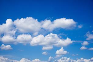 関東平野の夏の浮雲の空の写真素材 [FYI04666377]