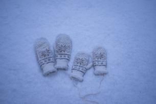 雪の上に置かれた手袋の写真素材 [FYI04666387]