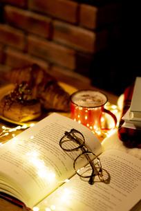 開いた本と眼鏡の写真素材 [FYI04666388]