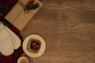 テーブルの上に置かれたプレゼントとパイの写真素材 [FYI04666390]
